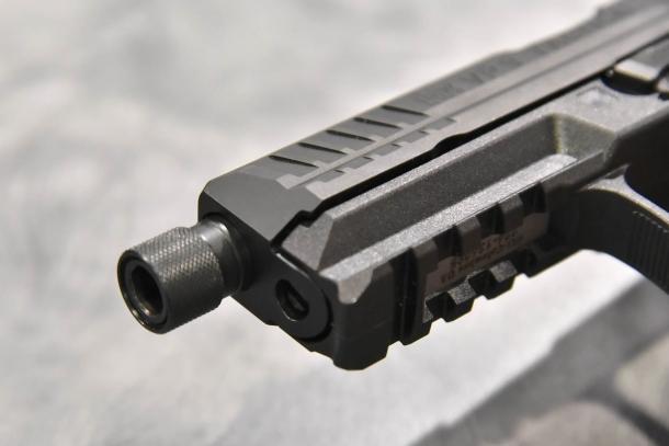 """Una delle novità per il 2017 della Heckler & Koch è la versione """"Tactical"""" della VP9, con canna filettata per il silenziatore"""