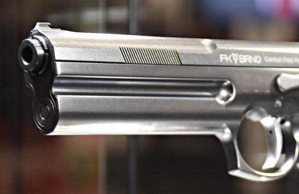 """Il carrello di questa grossa pistola presenta scanalature anteriori e posteriori, e la sede del pistone di smorzamento del rinculo nel fusto è evidente: non si tratta certamente di una """"tascabile""""..."""
