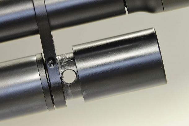 Svitando il cilindro che protegge il manometro si scopre il punto d'attacco per il tubo della bombola di ricarica