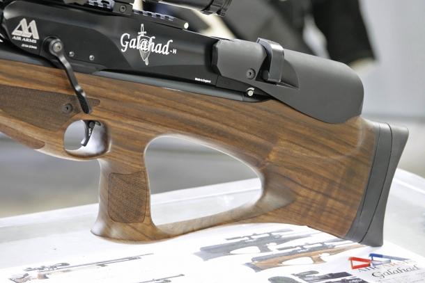 La calciatura in noce della versione in legno