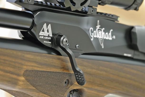 La manetta d'armamento, che può essere montata su entrambi i lati dell'arma