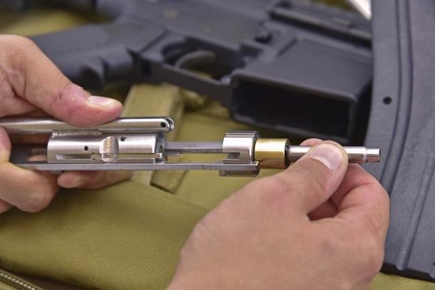 Arretrando l'otturatore si evidenzia (a destra) la struttura del corpo che penetra nella camera di cartuccia in calibro .223 dell'arma