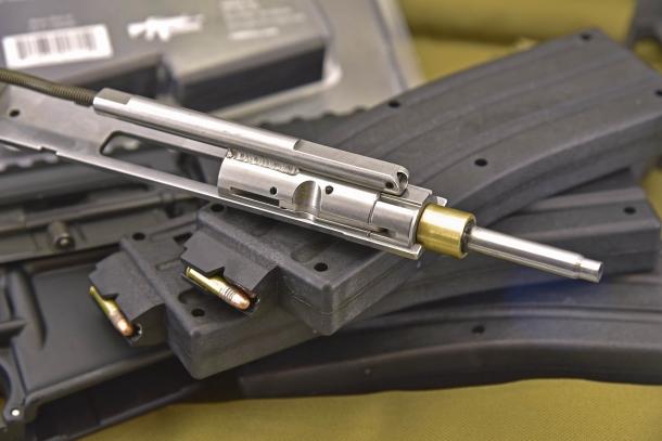Il kit è composto da un gruppo otturatore in calibro .22 Long Rifle e tre caricatori