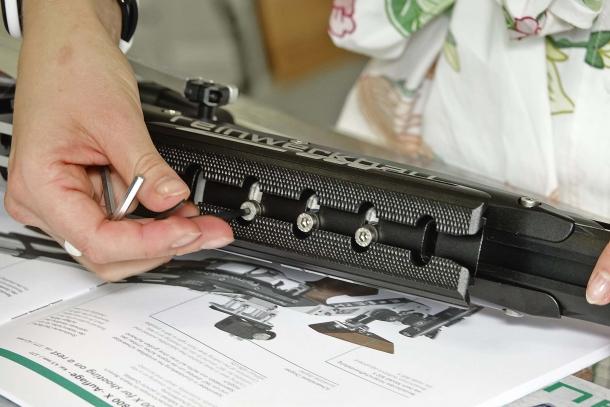 Il posizionamento del supporto anteriore avviene tramite 4 grosse viti di regolazione