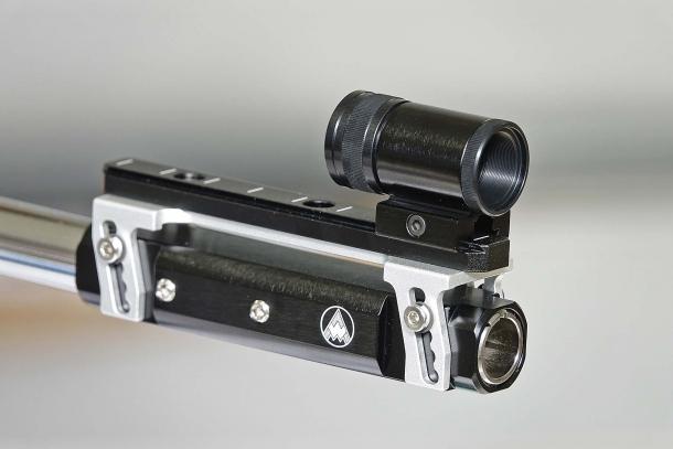 I sistemi di mira anteriori e posteriori sono montati su castelletti in alluminio che permettono di regolarne la posizione verticale, per meglio adattarli alla conformazione fisica o le preferenze del tiratore