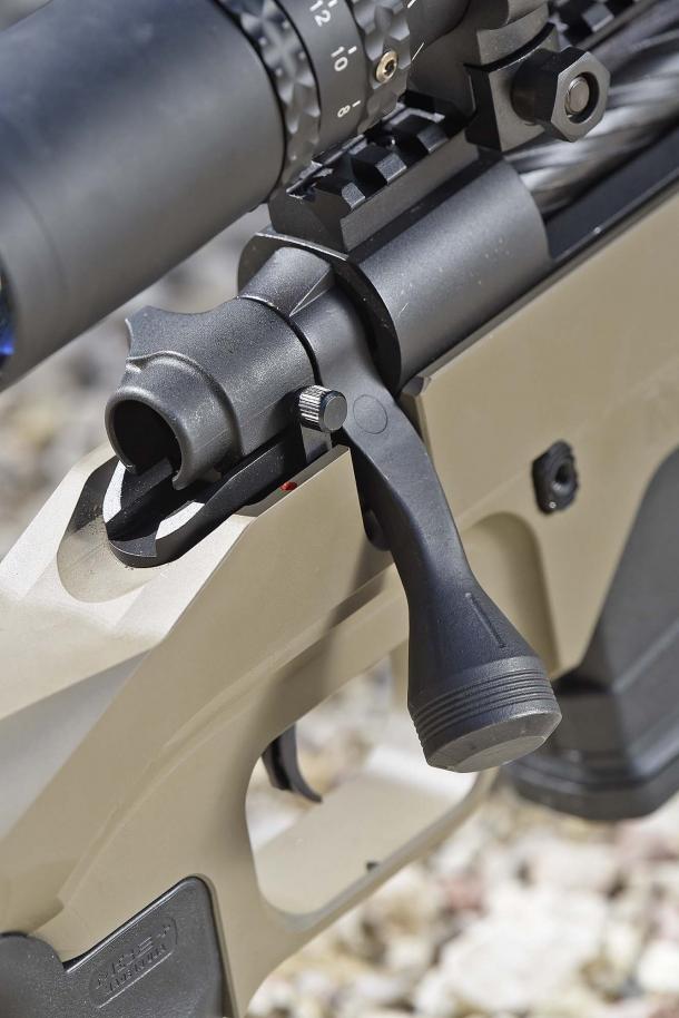 La manetta di armamento, con il comodo pomolo sovradimensionato. A destra della coda dell'otturatore, la sicura manuale: disconnette la catena di scatto senza bloccare l'otturatore