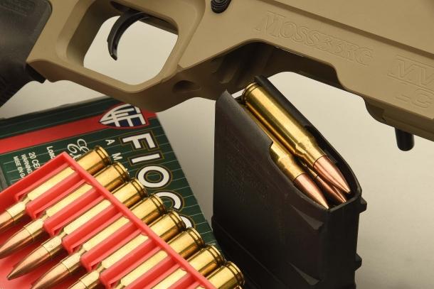 Il caricatore Magpul estratto, con le cartucce .308 Winchester in vista