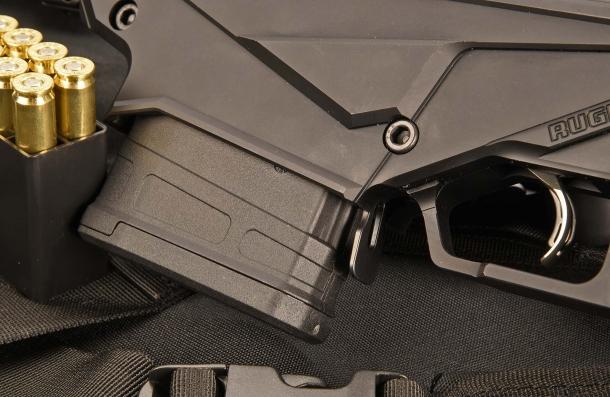 Il fucile adotta un caricatore Magpul PMAG 10, con una capacità di 10 cartucce. La leva di sblocco del caricatore si trova dietro al suo vano