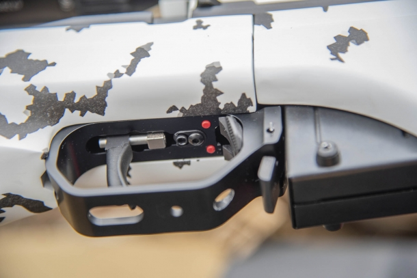 Dettaglio del pacchetto di scatto del Sako TRG 22, completamente regolabile