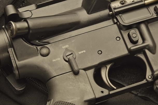 Il lato destro del receiver, con la leva del selettore di fuoco dell'arma, che in questo caso funziona ovviamente solo in semiautomatico