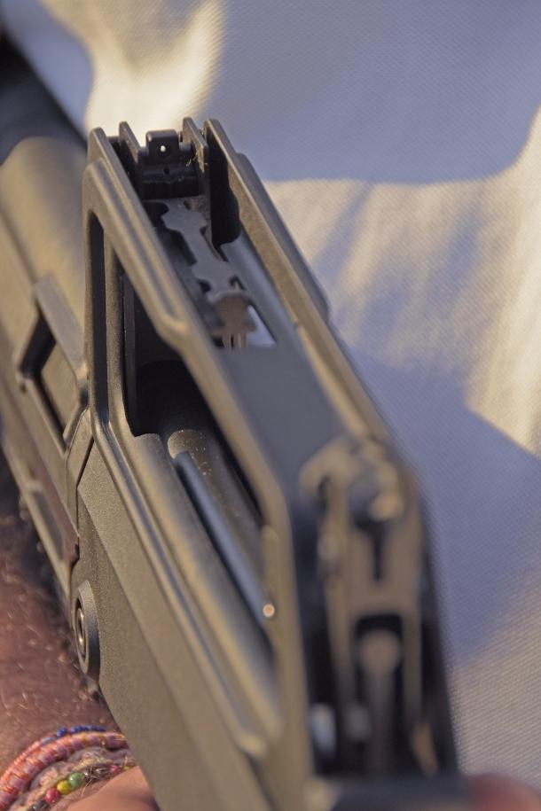 La rampa per ottiche dello M77 Commando è di tipo proprietario