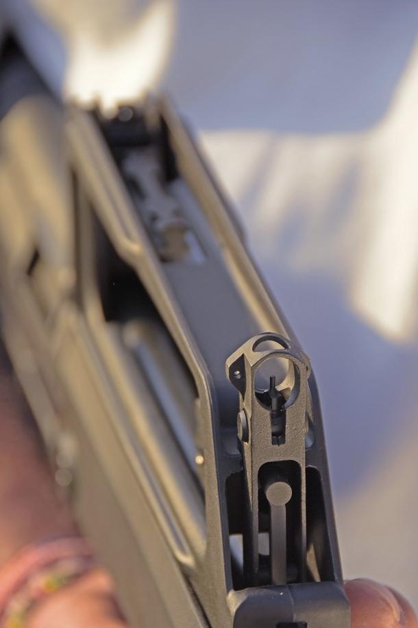 Il piano di mira dello M77 Commando presenta un profilo un po' troppo basso per le proporzioni del tiratore medio occidentale
