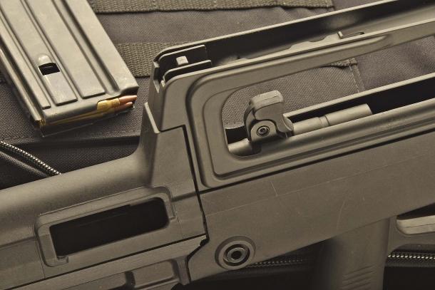 La manetta d'armamento funge anche da leva di sblocco dell'otturatore in apertura
