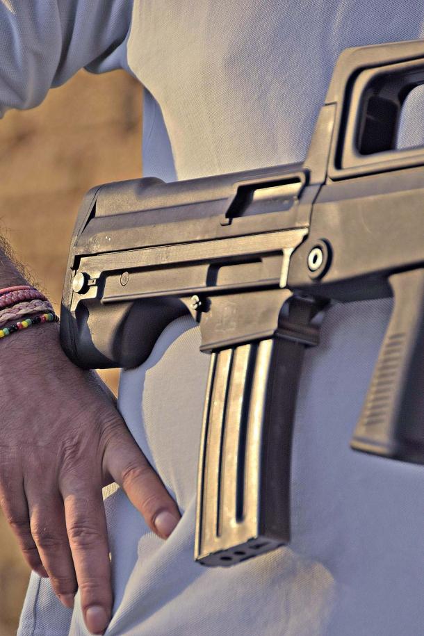 Il pozzetto del caricatore è compatibile con gli STANAG 4179, ovvero coi caricatori di tipo AR-15