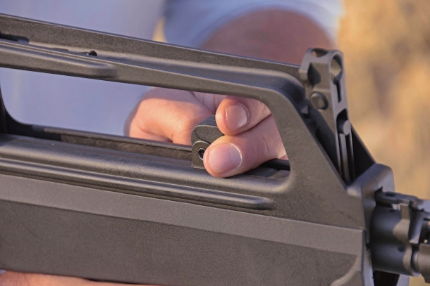 La manetta d'armamento dello M77 Commando è protetta dalla maniglia di trasporto