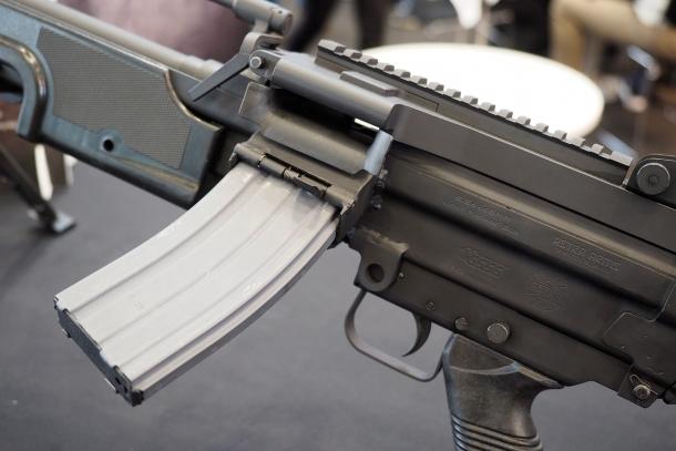 La MG556 si alimenta solo tramite caricatore amovibile