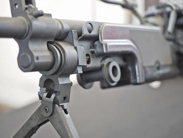Come l'originale Minimi, anche l'Astra MG556 presenta un cavalletto abbattibile