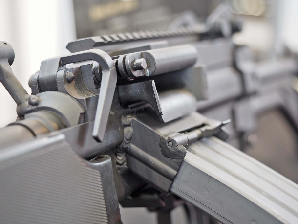 Il pozzetto d'alimentazione accetta caricatori STANAG 4179, di tipo AR-15