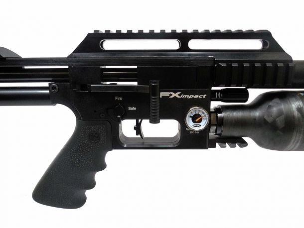 Carabina a ripetizione manuale, la FX Impact presenta una generosa manetta d'armamento sul lato sinistro