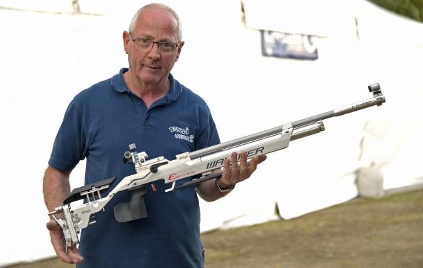Engelbert Zelger, responsabile vendite Tiro a Segno in Bignami, con la carabina Walther LG400-E Alutec Expert Electronic