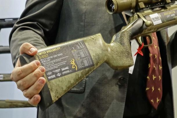 Il fucile X-Bolt Hell's Canyon Long Range McMillan rifle presenta una finitura mimetica A-TACS AU