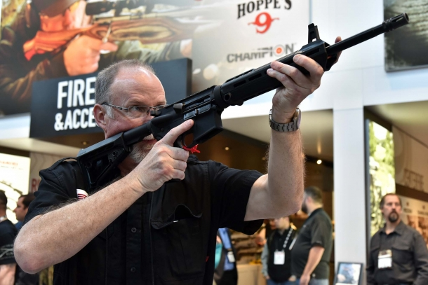 The .223/5,56mm caliber MSR-15 is available in versions with BLACKHAWK! furniture or with a free-float handguard