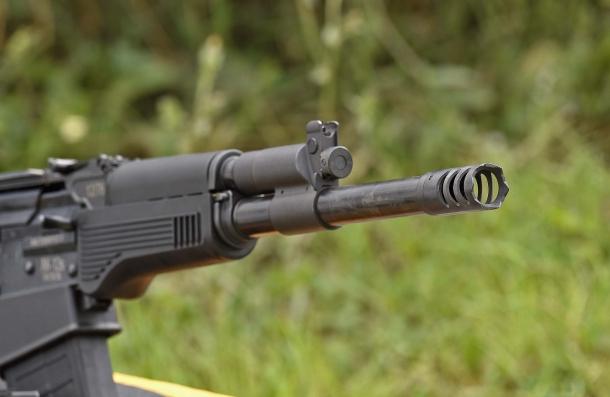 Lo S.D.M. AK-12s Tactical presenta un massiccio rompifiamma
