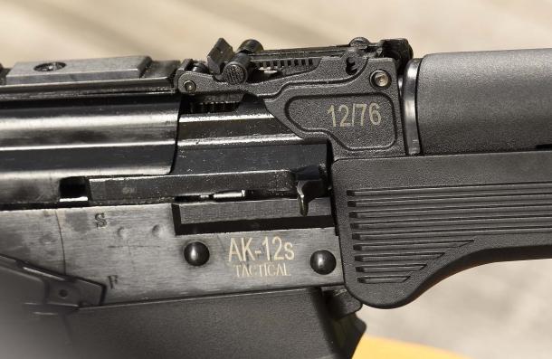 """Lo S.D.M. AK-12s Tactical calibro 12 è camerato per impiegare munizionamento """"Magnum"""""""