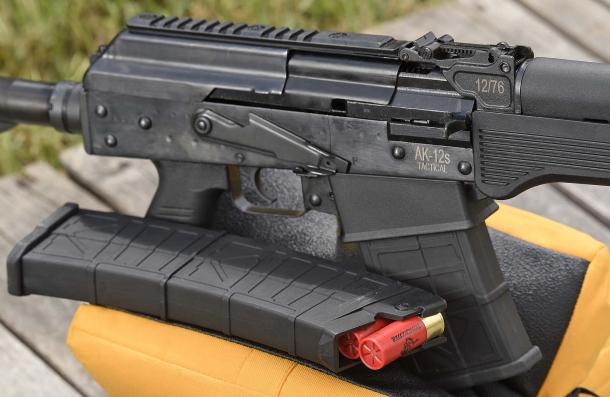 La sicura dello S.D.M. AK-12s Tactical è di tipo AKM