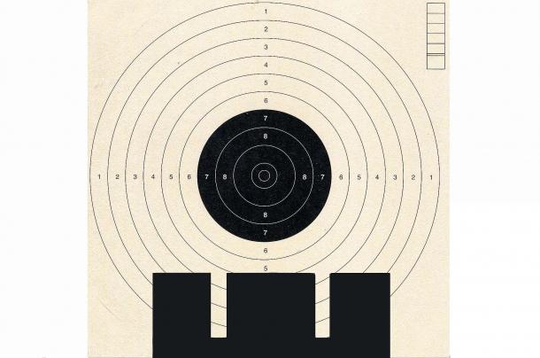 """il bersaglio da gara non è adatto all'addestramento per le tecniche da difesa. La mira a """"zona"""" e la messa a fuoco del mirino necessaria nel tiro di precisione non è praticabile stando sotto stress"""