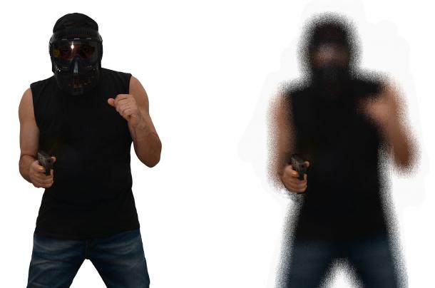 a sinistra la sagoma come la vede un occhio in situazione di calma, a destra la pupilla dilatata e l'effetto tunnel rende sfocata la sagoma dell'aggressore mentre l'attenzione si concentra in questo caso sulla mano che impugna l'arma