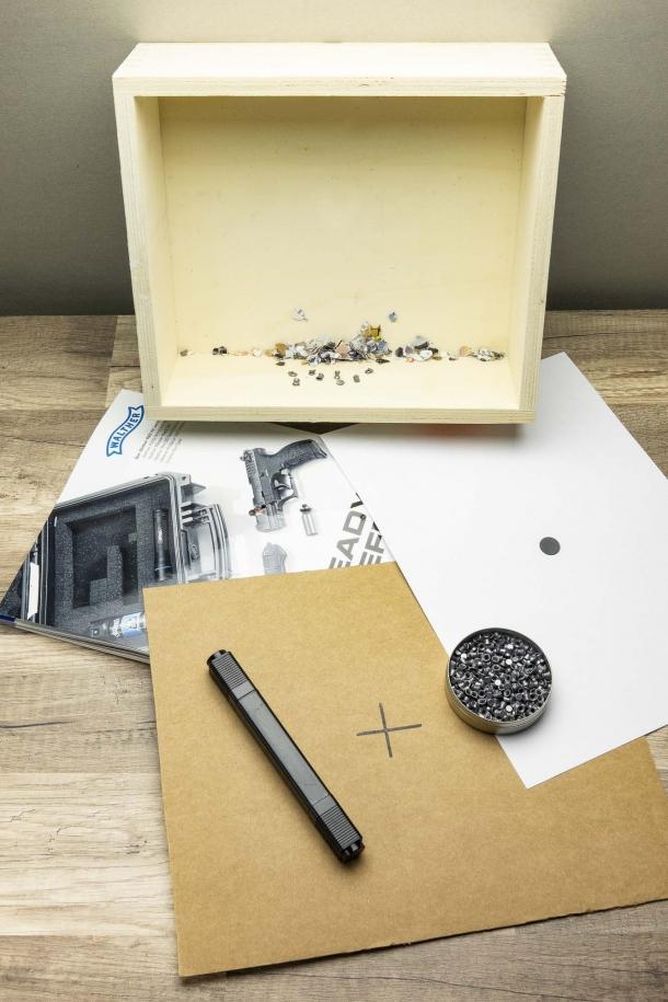 Una scatola in legno o cartone robusto, qualche vecchia rivista per assorbire l'impatto dei pallini, bersagli di fortuna in carta o cartoncino