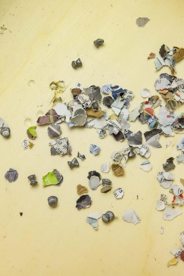 I pallini e la carta prodotta dalla perforazione delle pagine della rivista rimangono dentro al contenitore, senza mandare nulla in giro