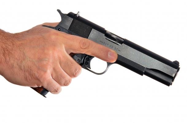 la prima regola di sicurezza da osservare: dito lontano dal grilletto. la pistola è impugnata con la mano forte. la volata deve essere indirizzata verso la zona più sicura possibile che in alcuni casi: non esiste
