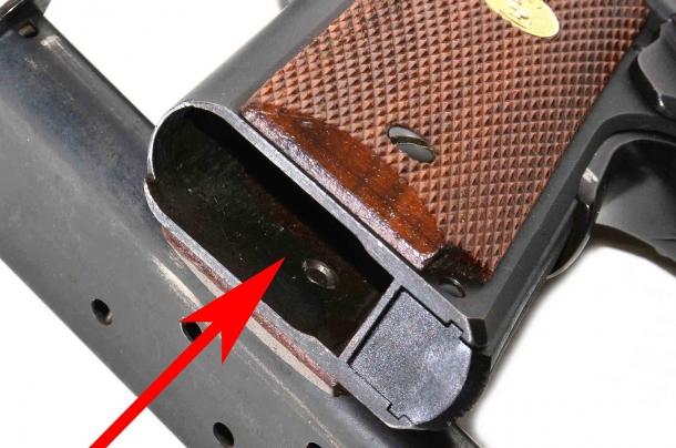 simultaneamente al controllo visivo della camera di cartuccia deve essere effettuato anche quello del vano serbatoio.