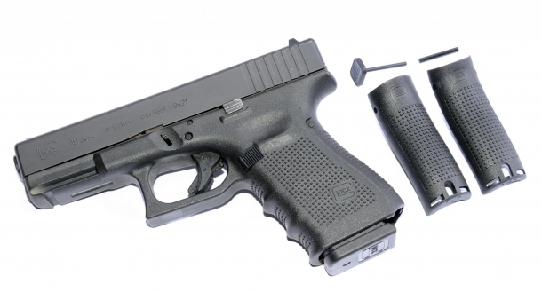 per adattare ergonomicamente l'impugnatura alla mano del tiratore, alcuni modelli dispongono di inserti posteriori intercambiabili, come nel modello Glock G19