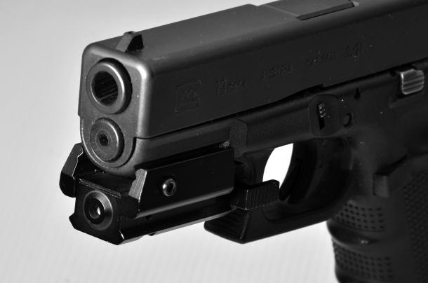un laser applicato sulla slitta di una pistola Glock. questo accessorio non aumenta la precisione di chi non ha imparato a tirare correttamente il grilletto