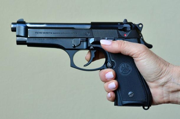 la mano del tiratore non si adatta all'arma. il dito non riesce a raggiungere correttamente il grilletto per sparare utilizzando la doppia azione