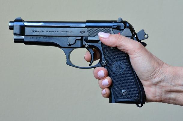 la mano della tiratrice non fascia adeguatamente l'impugnatura di questa pistola full size. In questi casi si dovrebbe optare per un modello adeguato o dotato di back strap intercambiabili