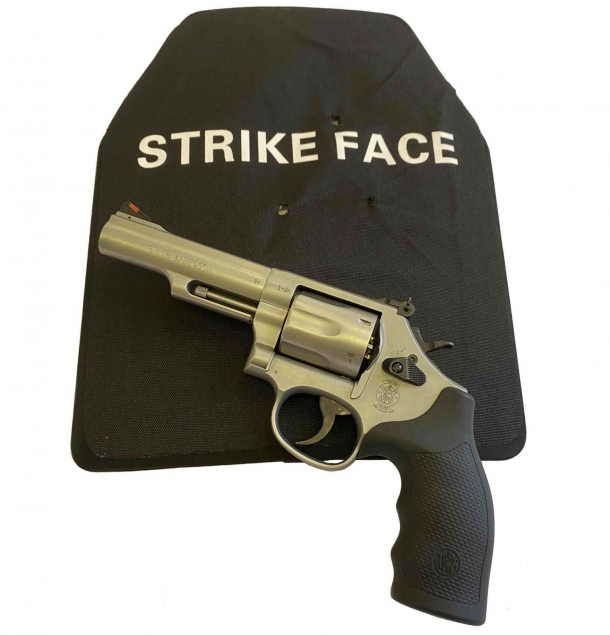il revolver Smith & Wesson calibro .357 Magnum, modello 66, Combat Magnum  utilizzato per la prova