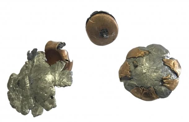 l'effetto dell'impatto subito dalle palle calibro .38 special e .357 Magnum che hanno attinto la piastra balistica