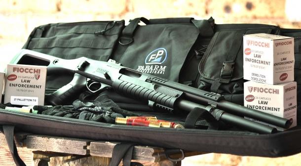 Molto esaltato dalla finzione cinematografica, un fucile a pompa deve essere scelto con attenzione se pensiamo di usarlo per la difesa abitativa. L'energia e il rinculo erogati dal calibro 12, possono creare vari problemi  all'utilizzatore