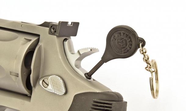 """Mettere in funzione un revolver dotato del cosiddetto """"Hillary Hole"""" - soprannome della sicura applicata su alcuni revolver - può rivelarsi impossibile sotto stress. Dobbiamo ricordare dove abbiamo nascosto  la chiave della sicura, trovarla e infine con le mani tremanti infilarla nella minuscola toppa."""