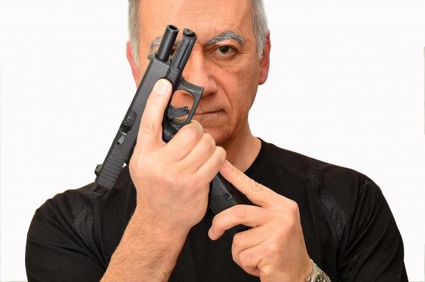 Movimenti in apparenza semplici, come inserire il caricatore nel fusto dell'arma, possono diventare estremamente complicati se eseguiti quando si è materializzato un pericolo