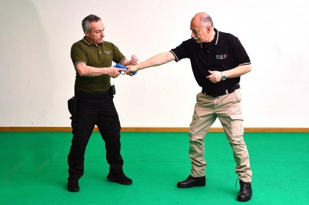 """una tecnica efficace e """"dolorosa"""", consiste nel colpire con le nocche della nostra mano, quella dell'avversario che tenta di sottrarre la nostra arma."""