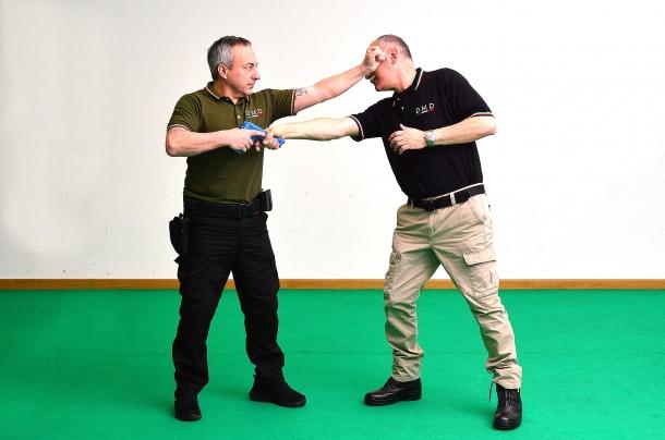 colpi portati al viso dell'avversario possono bloccarne l'azione evitando la sottrazione dell'arma