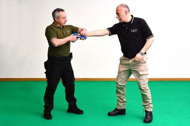 nel tentativo di sottrazione frontale, la mano afferra quella dell'avversario con una forte presa sui muscoli abduttori del pollice (eminenza tenar)