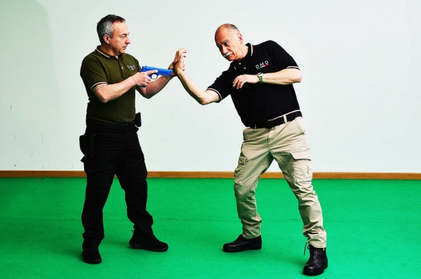 la pressione esercitata sui muscoli abduttori del pollice e la successiva rotazione dell'arto dell'avversario, consente di far lasciare la presa dalla pistola