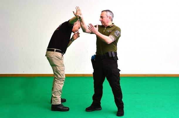3 - la tecnica prosegue con la rotazione e spinta verso l'alto del braccio dell'avversario
