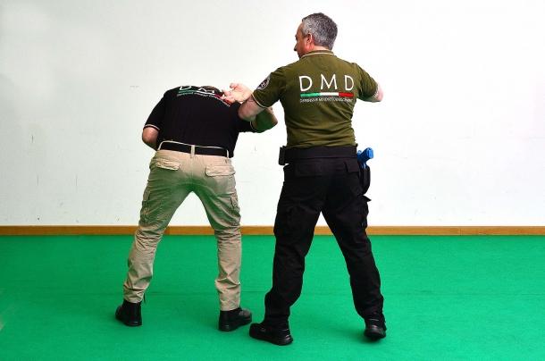 5 - l'azione termina con una leva eseguibile con un solo braccio, lasciando l'opportunità di proseguire con altre tecniche atte a immobilizzare l'aggressore